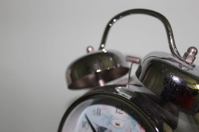 4BNR - Cristina Reale Il suono del mattino Il rumore prodotto dalla sveglia al mattino è uno dei pochi suoni rimasti invariati in questo singolare periodo che trascorriamo nel silenzio delle nostre case, un suono assordante e talvolta fastidioso, che però ci trasmette ancora un'idea di normalità, dando inizio alla nostra giornata.