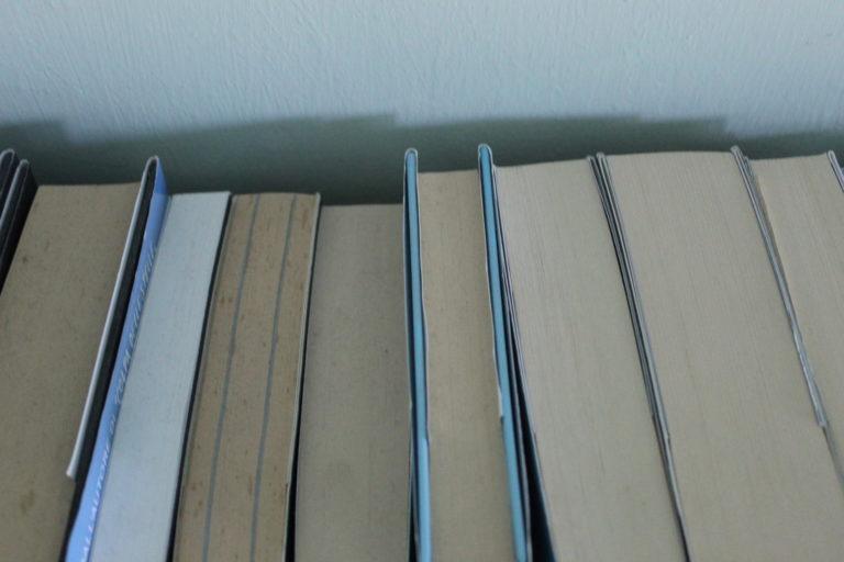 4BNR - Cristina Reale Pensieri su carta Bisogna saper amare la solitudine e un libro può aiutarti ad apprezzarla, poiché passare il tempo leggendo ti farà isolare in te stesso e immergere in un'altra realtà, con persone o paesaggi diversi da quelli che conosci o ti sono familiari.