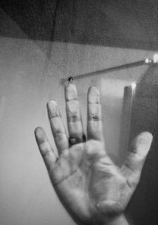 4BNR - Elisa Maurino Speranza nel contatto Intrappolati nelle quattro mura di casa non abbiamo potuto e vedere altro se non gli stessi paesaggi che si affacciavano alle finestre. Questa foto mi provoca un senso di soffocamento, di limite. Mi fa pensare a ciò che più desideriamo fare. Ci è stata negata la vicinanza, i rapporti, l'affetto. La mano infatti, nonostante abbia voglia di liberarsi e uscire, viene bloccata da un vetro che impedisce il contatto.
