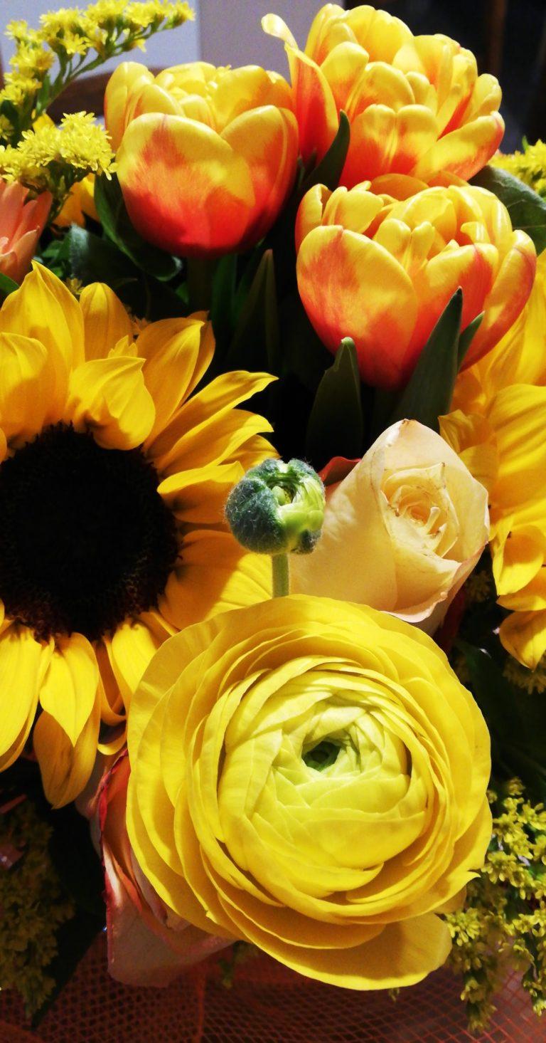 4BNR - Giorgia Raimondo Diciotto Per concludere il ciclo di fotografie ho scelto questo mazzo di fiori gialli che, sebbene osservato dall'esterno potrebbe risultare insensato o insignificante, per me è invece stato fondamentale, facendomi comprendere veramente il significato di 'È il pensiero che conta', un modo per simboleggiare la vicinanza che tanto ho desiderato e che sempre ho dato per scontato, in uno dei giorni più particolari della mia vita, quello in cui ho raggiunto la maggiore età. Un ricordo che porterò sempre nel cuore come chi me l'ha regalato.