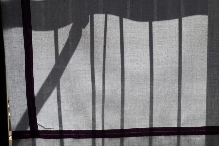 4BNR - Sofia Veltri Ombre- La Prigione  Ci si sente un pò come in una prigione, limitati nelle azioni e nelle volontà, persino nei gesti quotidiani, da delle regole che sono state imposte. Quindi un semplice oggetto come la ringhiera del proprio balcone o la cancellata di casa diventano un limite invalicabile. Piano piano però, a volte, le nostre prigioni fisiche, diventano anche prigioni mentali, da cui non si riesce a sfuggire, che esasperano e opprimono.